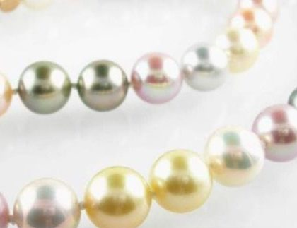 Tira mixta de perlas cultivadas de agua dulce rosadas, grises y doradas.